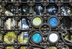Équilibre coloré sur la barrière de fer travaillé Image stock