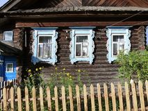 Équilibre découpé décoratif autour de Windows de la hutte en bois photographie stock