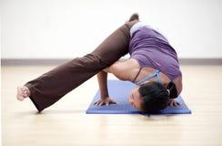 Équilibre de bras de yoga Photo stock