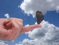 Équilibre de doigt et ciel bleu Image stock