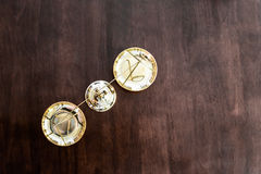 Équilibre de justice sur la table en bois Photos libres de droits