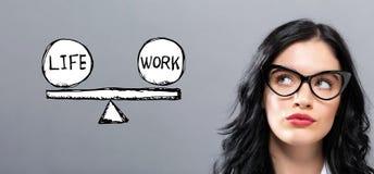 Équilibre de la vie et de travail avec la jeune femme d'affaires image libre de droits