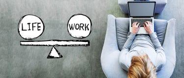 Équilibre de la vie et de travail avec l'homme utilisant un ordinateur portable photos libres de droits