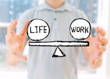Équilibre de la vie et de travail avec le jeune homme images stock
