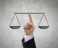 Équilibre de main une Balance Images stock