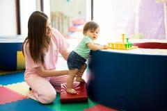 Équilibre de maintien de bébé photo libre de droits