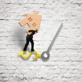 Équilibre de transport de maison d'homme d'affaires sur des mains d'horloge de signe d'USD sur le wh Photographie stock libre de droits