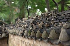 Équilibre en pierre empilé sur le toit de temple Photos libres de droits