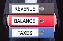 Équilibre et impôts de revenu image stock