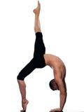 Équilibre gymnastique d'acrobaties de verticale d'homme Photographie stock