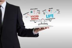 Équilibre social de la vie de media Diagramme avec des mots-clés et des icônes Homme tenant une tablette Photos libres de droits