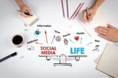 Équilibre social de la vie de media Diagramme avec des mots-clés et des icônes La réunion à la table blanche de bureau Images stock