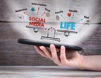 Équilibre social de la vie de media Diagramme avec des mots-clés et des icônes tablette dans la main Images libres de droits
