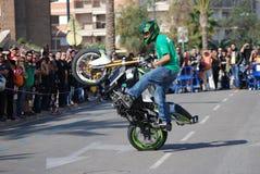 Équilibre sur une moto Images stock