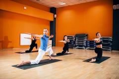 Équilibrez l'exercice, groupe femelle de yoga dans l'action Images libres de droits