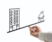 Équilibrez la maison et le bureau de concept avec l'homme d'affaires et le backg blanc Image libre de droits