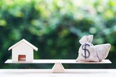 Équilibrez un sac d'argent et un petit résidentiel photos libres de droits