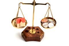 Équilibrez votre concept de la vie avec l'argent de pondération d'échelle et l'isolat de vie de famille sur le fond blanc Photo stock