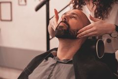 Équipé au rasage et dénommer et la barbe de cheveux dans le raseur-coiffeur images stock