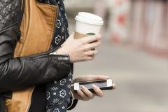 Équipé du café et du téléphone portable Photos stock