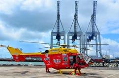 Équipage d'hélicoptère de délivrance de Westpac dans les ports d'Auckland image stock