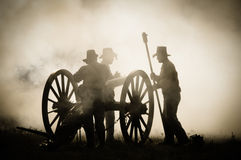 Équipage de canon de sépia dans le champ de bataille Photo stock