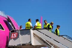 Équipage de carlingue laissant un avion Images stock