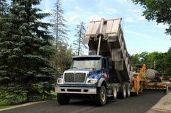 Équipage de construction au travail sur la route neuve Photographie stock