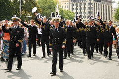 Équipage de défilé du bateau à Riga Images libres de droits
