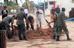 Équipage de liquidation d'armée dans l'ouragan Ernesto de Mahahual Images stock