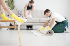 Équipage de nettoyage professionnel au travail images libres de droits
