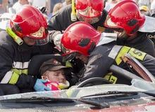 Équipage de secours enlevant une victime d'un accident de voiture Image libre de droits