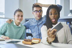 Équipage des gens d'affaires drôles et des étudiants masculins et féminins Image stock