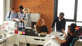 Équipage gai de jeunes présent le nouveau projet d'affaires Concept authentique de jeune entreprise banque de vidéos