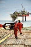 Équipage marin tirant le fil pour l'opération de manipulation d'ancre image libre de droits