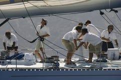Équipage travaillant au voilier photographie stock