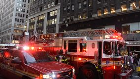 Équipages de corps de sapeurs-pompiers de New York banque de vidéos