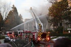 Équipages de sapeur-pompier luttant le feu de complexe d'appartements Photo libre de droits