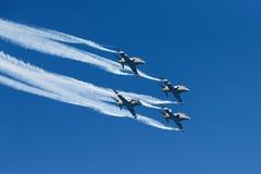 Équipe acrobatique aérienne d'affichage de faucons de minuit au salon de l'aéronautique de Kaivopuisto Images stock