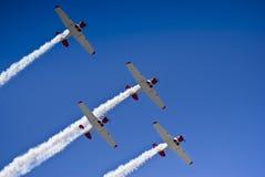 Équipe acrobatique aérienne de Harvard, fumée en fonction, survol Image libre de droits