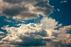 Équipe acrobatique aérienne faisant des loopings dans le ciel Image libre de droits
