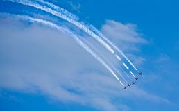 Équipe acrobatique aérienne faisant des loopings dans le ciel Photographie stock libre de droits