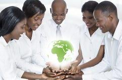 Équipe africaine d'affaires avec la carte de l'Afrique Photographie stock libre de droits