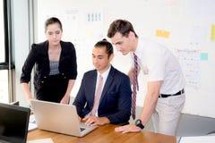 Équipe américaine d'affaires de personnes ayant utilisant l'ordinateur portable pendant une réunion et les présents photographie stock