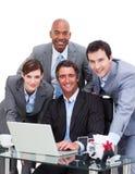 Équipe ambitieuse d'affaires travaillant à un ordinateur photos libres de droits