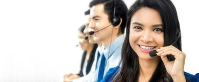 Équipe asiatique de sourire de centre d'appels ou de téléprospecteur Photos stock