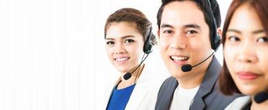Équipe asiatique de téléprospecteur de centre d'appels Image stock