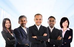 Équipe asiatique multiraciale d'affaires