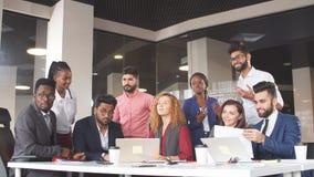 Équipe assidue d'entreprise constituée en société dans la chambre avec l'intérieur moderne banque de vidéos