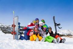 Équipe avec des surfs des neiges et des cieux portant des lunettes Images stock